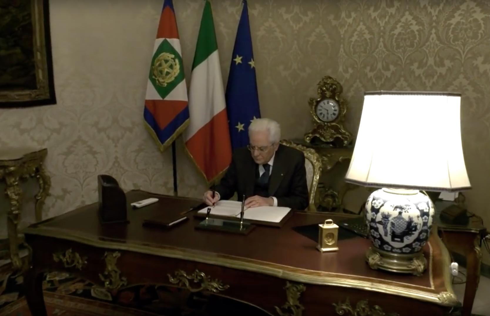 Sergio Mattarella firma la promulgazione del Decreto Salvini